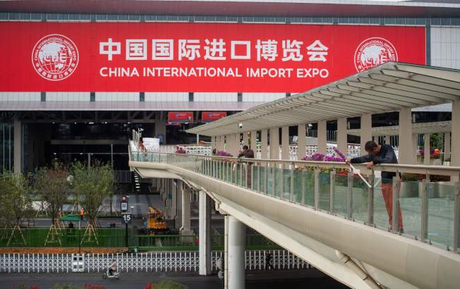 川習通話,顯示美中貿易戰有轉圜機會。圖為中國籌辦的首屆國際進口博覽會在上海揭幕。(Getty Images)