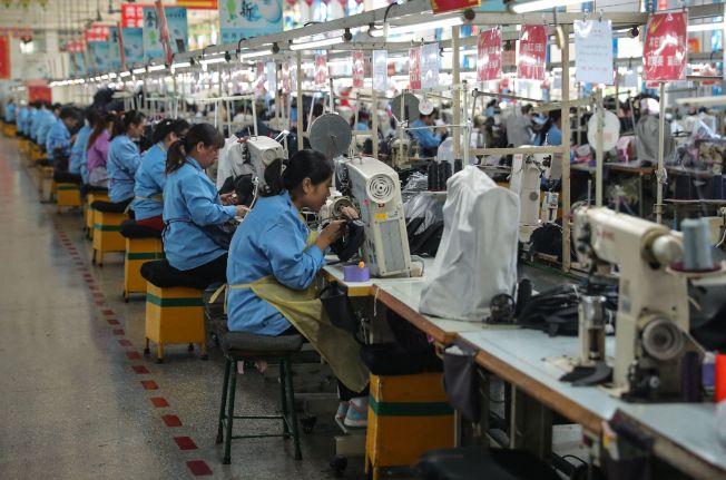 川習熱線通話,美中貿易戰似有轉圜跡象,圖為山東青島的一個製鞋工廠。(Getty Images)