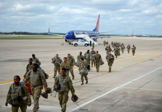 數以千計的美國部隊陸續移防美墨邊界,防堵「大篷車隊」移民非法闖關。(Getty Images)