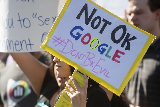 搜尋引擎巨擘「谷歌」全球員工串連,抗議公司寬容行為不檢的高層管理人員。圖為加州山景城的員工舉牌表達訴求。(美聯社)