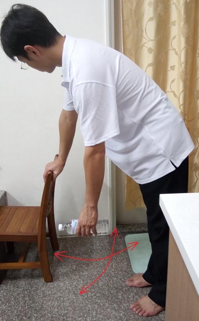 國軍台中總醫院復健科主任周明賢說,五十肩患者平日可做簡易的鐘擺運動,增加肩關節活動角度。(圖:國軍台中總醫院提供)
