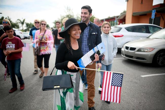 此次期中選舉觸動許多年輕選民投票,圖為年輕人在加州法爾布魯克為國會議員候選人助選。(Getty Images)
