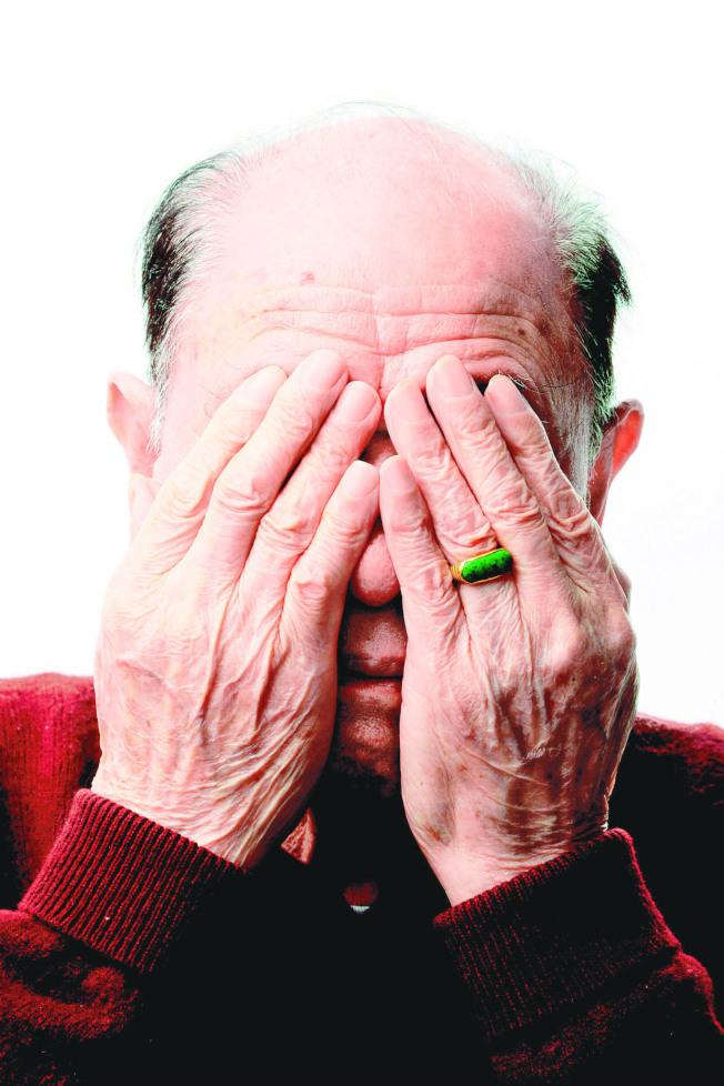 老人眼皮下垂壓迫角膜,容易使散光度數改變,導致視力模糊。(本報資料照片)