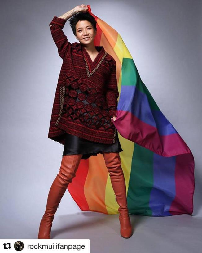 紀錄片「獻給盧凱彤」收錄香港同志唱作人盧凱彤生前訪談,片中她不忘向LGBTQ族群喊話打氣,希望大家要團結,「越來越以自己為榮」。(圖:杰德影音提供)