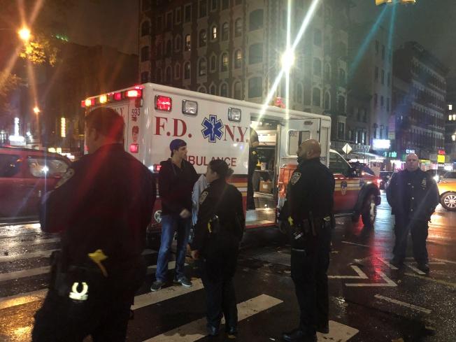 警員到達現場後迅速疏導周圍群眾。(記者張晨╱攝影)