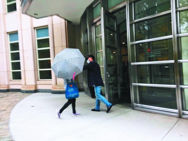涉嫌走私仿冒品被判刑,華男凌肅明出庭時戴著帽子和口罩,拒絕拍照。(記者顏潔恩/攝影)