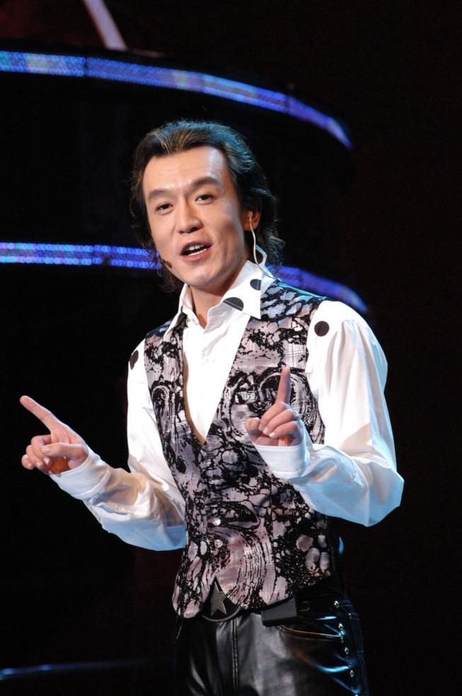 央視前名主持人李咏10月25日在美國癌逝。圖為他參加2007年「非常6+1」改版後第一次節目的錄製。(中新社資料照片)
