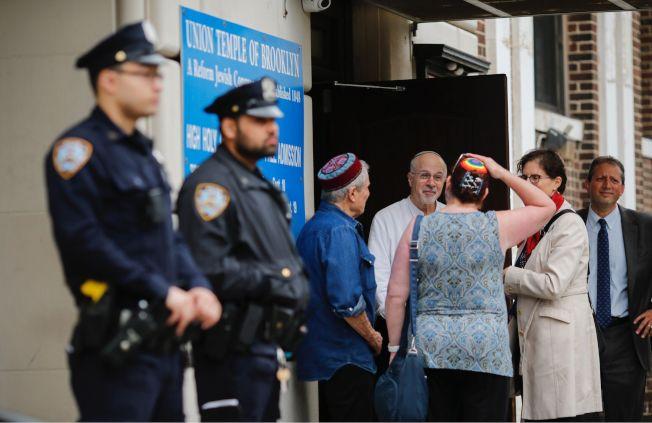 紐約市警察在布魯克林猶太會堂調查反猶太塗鴉事件。(Getty Images)