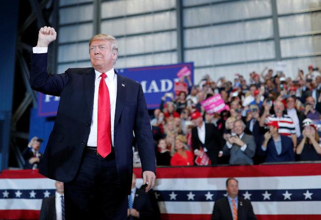 川普總統馬不停蹄飛到佛州,為共和黨候選人站台。(路透)