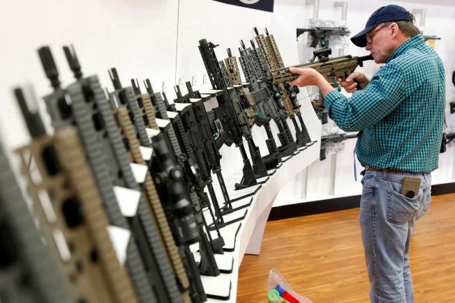 全國槍枝協會今年助選開支減少,首次低於限槍團體。圖為全國槍枝協會在德州達拉斯舉行年會。(美聯社)