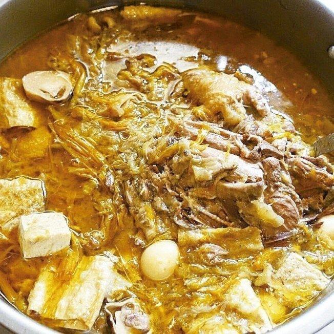 這樣燉煮出來的鴨肉一夾即散、湯汁也很濃郁。圖/太陽臉