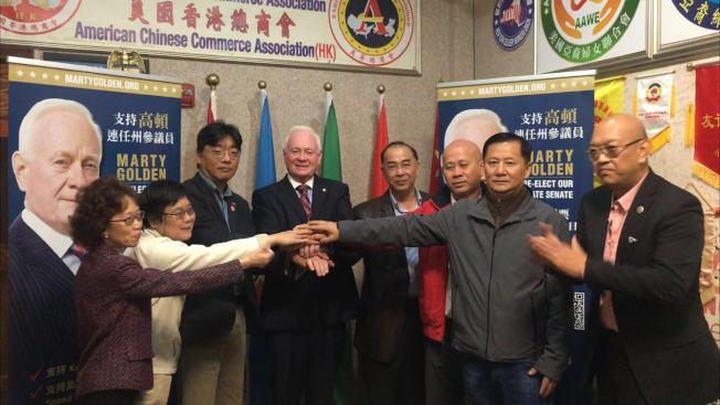 狄鐘琪(左三)、潘力民(左五)、陳在福(左六)等人支持高頓(左四)競選連任。(記者黃伊奕/攝影)