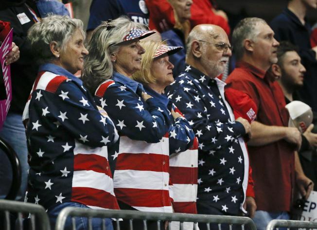 最新民調顯示,民主黨領先優勢正在縮小。圖為一群共和黨選民4日在田納西州選舉造勢開始前,向國旗宣誓。(美聯社)