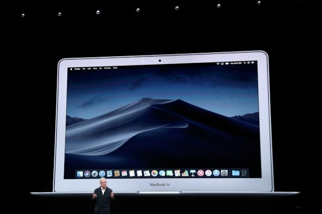 蘋果MacBook Air睽違八年進行大改版,預料將可刺激蘋果業績。 (路透)