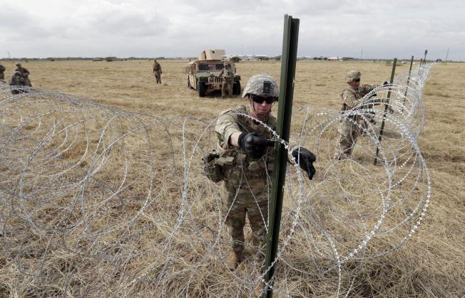 陸軍及海關巡邊員為應付即將到來的中美洲移民大篷車隊進犯,奉命支援,進駐美墨邊界地區,並開始紮營。工兵部隊4日在美墨邊界國際大橋附近的新設營區周圍部署鐵絲網,保護營區。(美聯社)