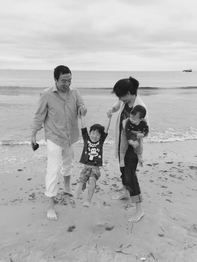 楊安澤一家在海邊。(圖片為作者提供)