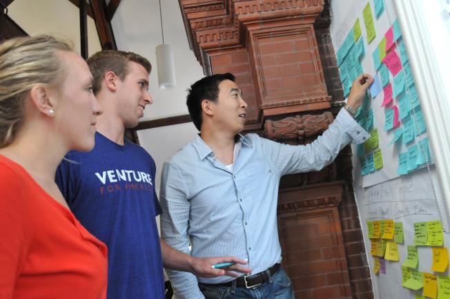 楊安澤(右)成立非營利機構「為美國創業」。(圖片為作者提供)