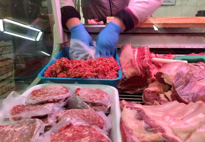 市售肉類價格未能反映肉類生產過程中的環境成本。(路透)