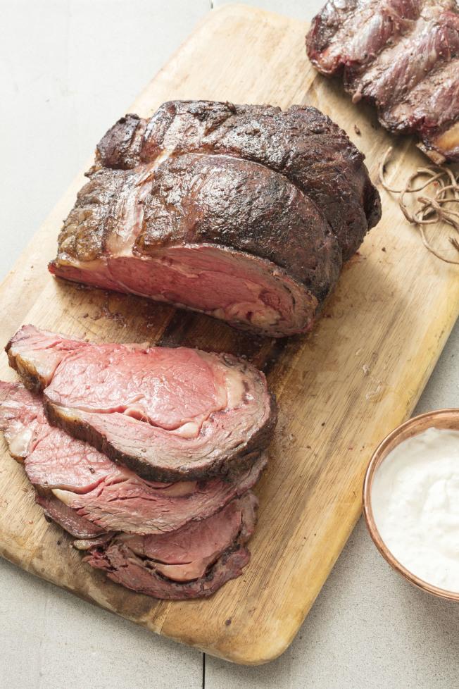 《自然》期刊的一篇研究建議,若要鼓勵民眾減少食用肉類,減緩畜牧業對環境造成的影響,可考慮對肉類徵稅。(美聯社)