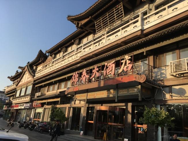 東關城樓旁邊的揚州「四大春」之一的錦春酒樓。