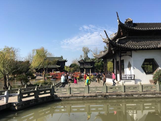 瘦西湖的江南建築風格的亭台樓閣與荷花池都很美。