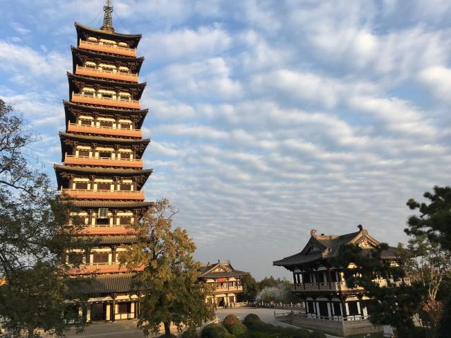 揚州大明寺內的寶塔非常高大漂亮。