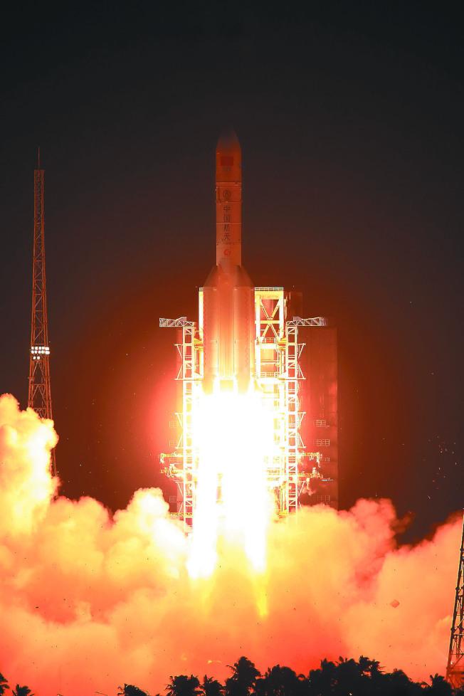中國首枚重型運載火箭「長征五號」。(新華社資料照片)