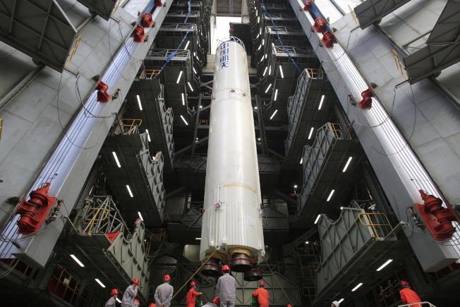 發射前,火箭在發射場進行吊裝。(中新社資料照片)