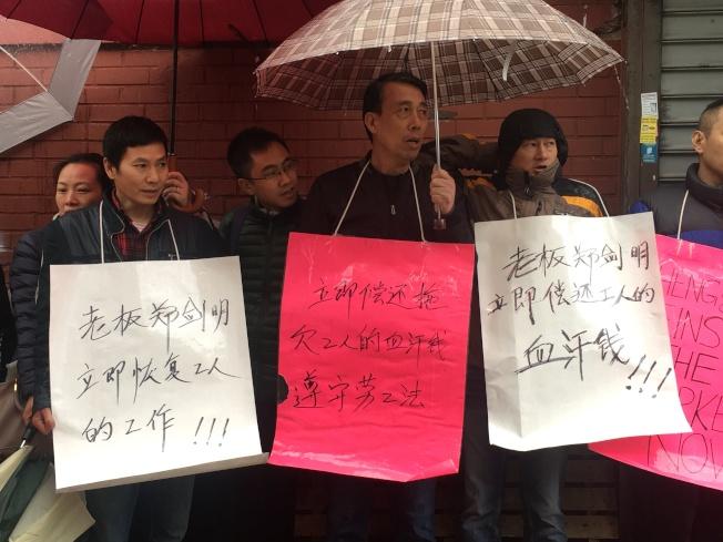 姜建明(左二)、丁立國(左三)呼籲Matsu Sushi Restaurant盡快正視判決,恢復員工職位。(記者賴蕙榆╱攝影)