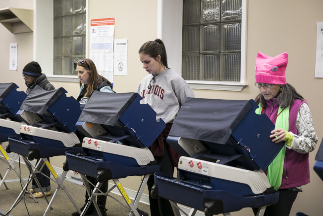 女性成為這次期中選舉的關鍵選民,尤其在國會眾議員選區內舉足輕重。不少女性選民都已提早投票。(美聯社)