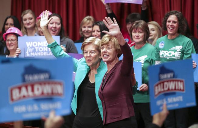 女性成為這次期中選舉的關鍵選民,尤其在國會眾議員選區內舉足輕重。圖為民主黨麻州參議員華倫(前左一)出席婦權活動。(美聯社)