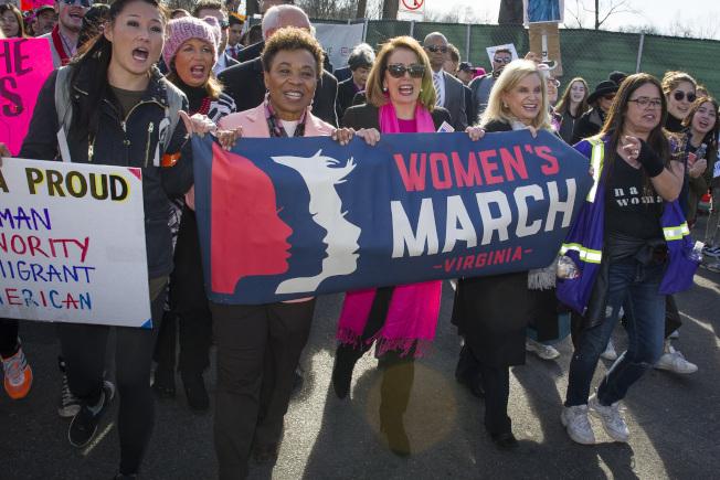女性成為這次期中選舉的關鍵選民,尤其在國會眾議員選區內舉足輕重。圖中戴太陽眼鏡者為可能重任國會眾院議長的波洛西。(美聯社)