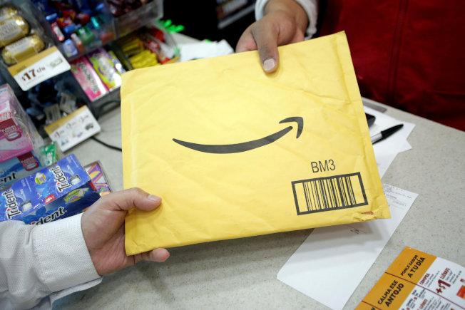 網購郵寄業競爭遽烈,業界龍頭亞馬遜在節日網購熱潮開始前,5日宣布取消25元的免運費最低門檻。(路透)