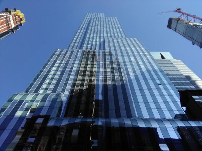 幾年前,曼哈頓第57街的One57號大樓一推出就被搶光。現在,其兩旁分別為正在建造的111W大樓和217W大樓。(韓傑/攝影)