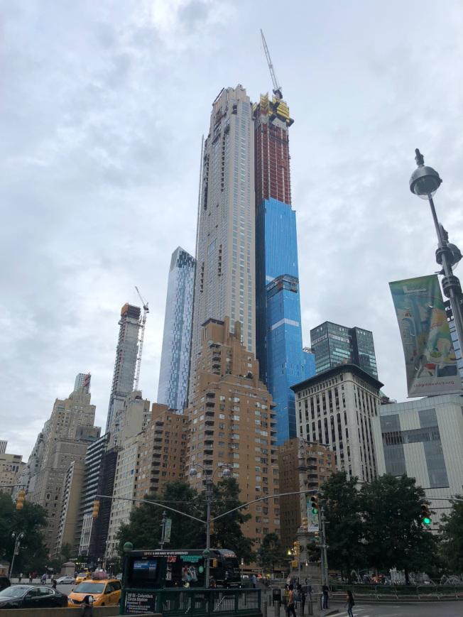 曼哈頓第57街One57大樓熱銷後,隨後幾棟高層大樓拔地而起。(David許/提供)