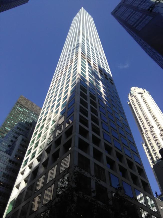 曼哈頓公園大道第432號是一棟高檔公寓,一華人花9000多萬元買下三個單位。(韓傑/攝影)