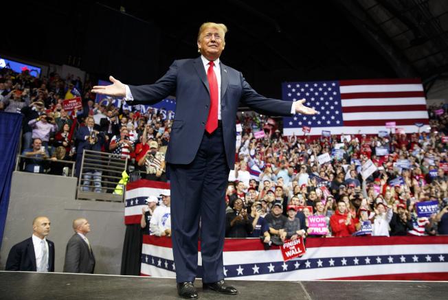 """川普总统称""""我的名字也在选票上"""",使这次期中选举形同对川普两年政绩的检验公投。图为川普5日下午在印州冲刺选情。(美联社)"""