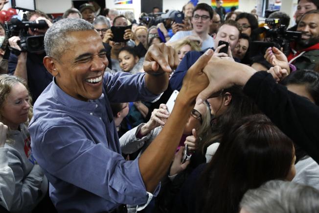 前總統歐巴馬成為民主黨候選人的頭號助選員,5日晚在維州助選。他以「選民也在選票上」,回應川普拉票時所說「我在選票上」。(美聯社)
