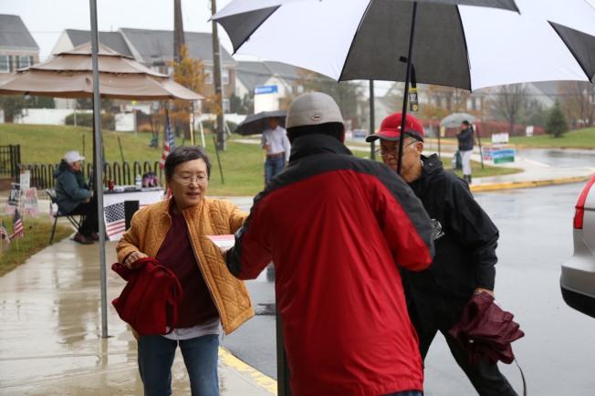 大華府期中選舉正逢大雨,但投票熱情未減,尤其不乏華人選民、義工。(記者羅曉媛/攝影)