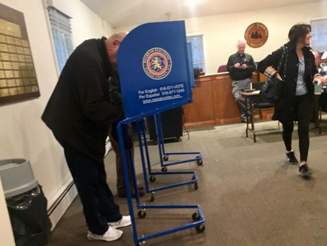 在長島納蘇郡大頸的投票站,選民在投票機前投票。(記者曹健╱攝影)