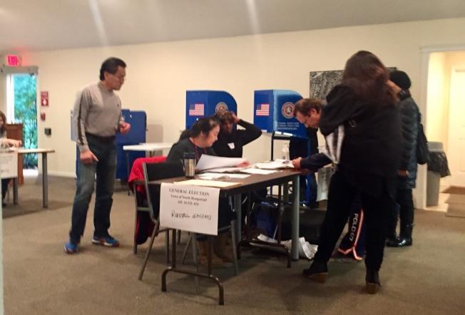 在長島納蘇郡的一個投票站,選民領取選票後投票。(記者曹健╱攝影)