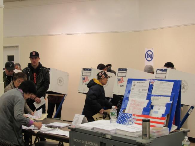 雖然天氣不佳,但孔子大廈選民投票情形卻相當熱絡。(記者顏嘉瑩/攝影)