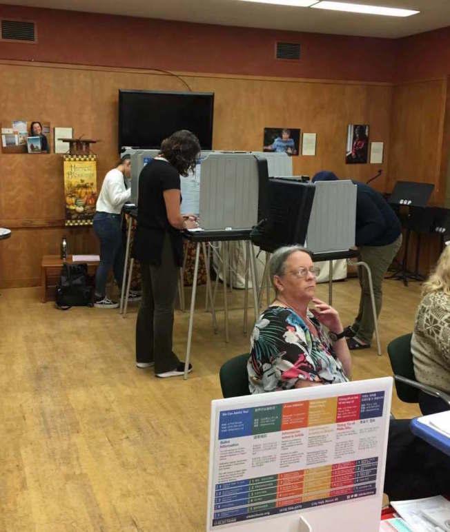 票站內陸陸續續有選民投票。晚上8時票站將關閉。(記者李晗 / 攝影)
