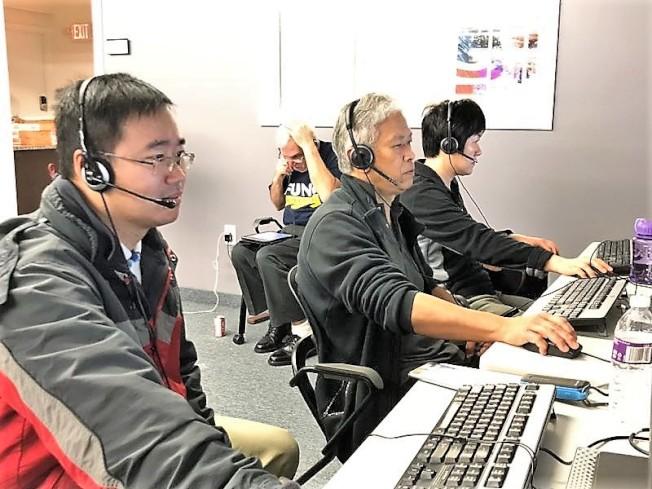 張剛與數名華人義工6日在羅德島州的馮偉傑競選部電話中心為馮偉傑助選拉票。(張剛提供)