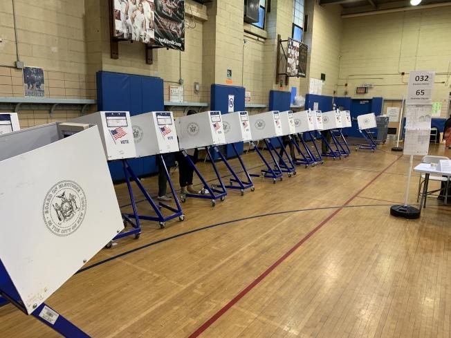 截至6日中午,華埠第二公立小學投票站已有1000多位選民完成投票。(記者和釗宇/攝影)