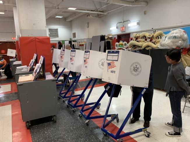 截至6日中午,華埠130小學投票站已有1000多位選民完成投票。(記者和釗宇/攝影)