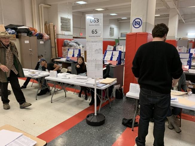 但據投票站翻譯反映,很多華裔選民因為不了解三個修憲問題而選擇略過。(記者和釗宇/攝影)