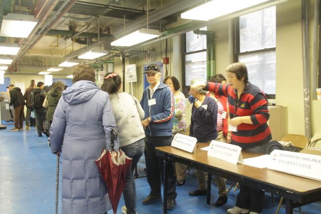 法拉盛布蘭德屋投票所下午民眾漸多,其中不乏第一次投票者。(記者賴蕙榆/攝影)