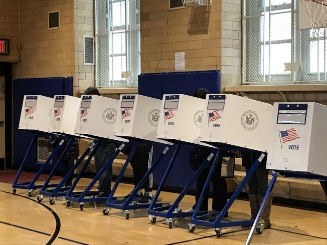 為反對取消SHSAT以及不滿反移民的大環境,第11選區的華裔選民積極參與普選投票。(記者牟蘭/攝影)