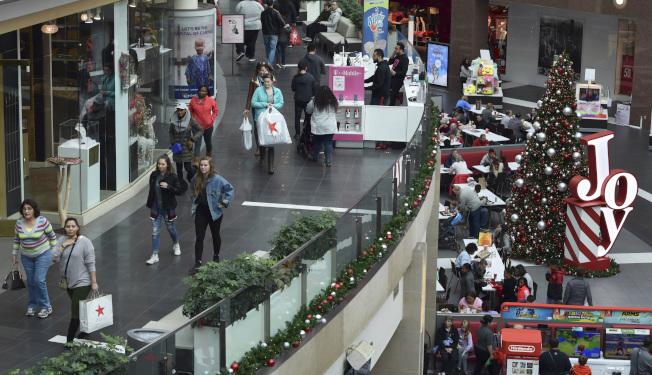 由於低失業率、收入穩健成長和消費者信心增強,美國聖誕假期零售額預計將首次超過1兆元。(路透)